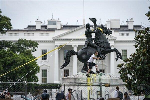 آمریکا برای محافظت از مجسمه ها پلیس بکار می گیرد